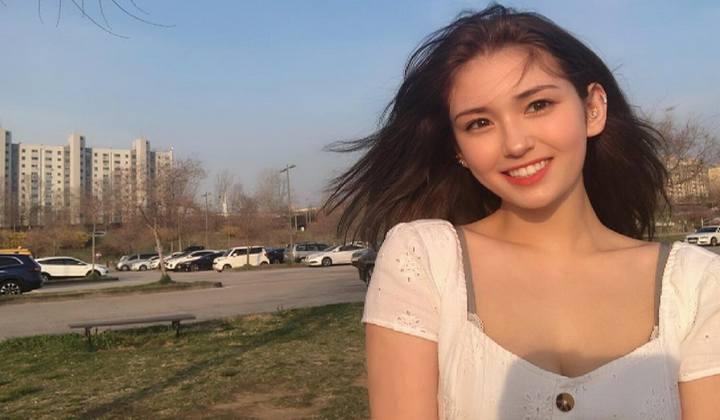 Jeon Somi Berpose Dengan Teman Sekolah, Fans Tidak Menyangka Dia Masih Anak SMA